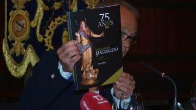 Antonio Orenes con el libro del 75 Aniversario de Santa María Magdalena
