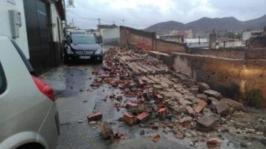 Muro derribado por fuertes vientos