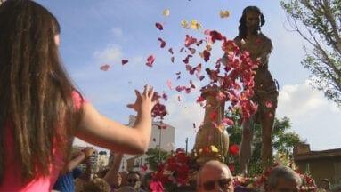 Al Cristo le despiden con pétalos de rosa