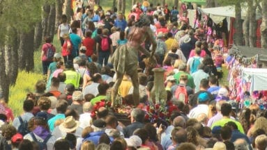 La multitud acompaña al Cristo monte arriba