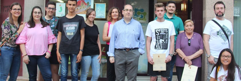 Los participantes posan en la puerta de la Concejalía de Juventud