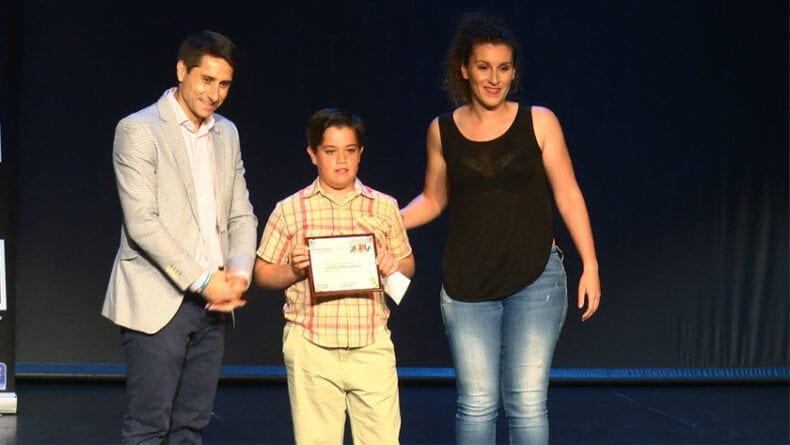 Telecable Jumilla entregó el premio al jugador más regular del equipo alevín B de la Escuela de Fútbol Sala Bodegas Carchelo