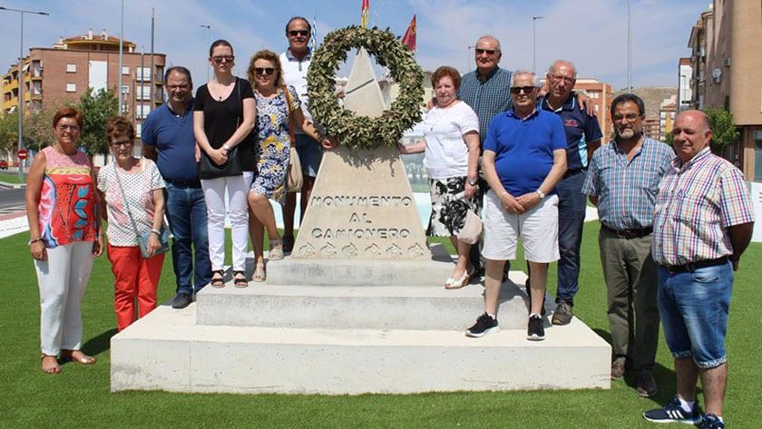 El monumento al Camionero ha sido colocado sobre una peana
