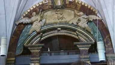 Frontón del órgano con ángeles músicos
