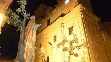 San Pedro ante la Iglesia del Salvador