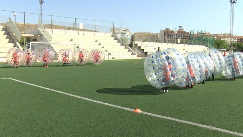 Fútbol Burbuja, una de las actividades lúdicas en el VIII Campus de Fútbol Ciudad de Jumilla