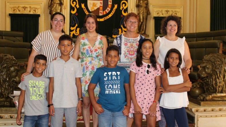 La alcaldesa de Jumilla y varias concejalas junto a los menores saharauis que están pasando las vacaciones en Jumilla