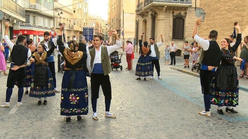 El grupo de Coros y Danzas actuó durante el desfile