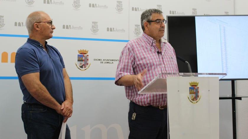 Los concejales Juan Gil y Francisco González durante la presentación de las obras