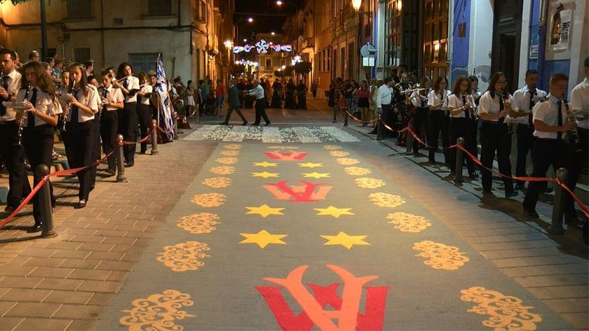 Los Jóvenes Cofrades realizaron una alfombra de serrín por segundo año al paso de la Virgen