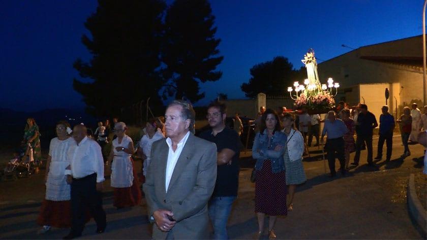 Procesión con la imagen de la Virgen del Rosario por las calles de la pedanía