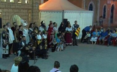 La representación de las Embajadas y Parlamento de Moros y Cristianos captan la atención de un gran público