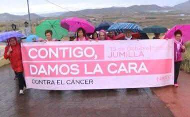 La semana de actividades organizadas por el Día contra el Cáncer de Mama finalizan bajo la lluvia en el castillo de Jumilla