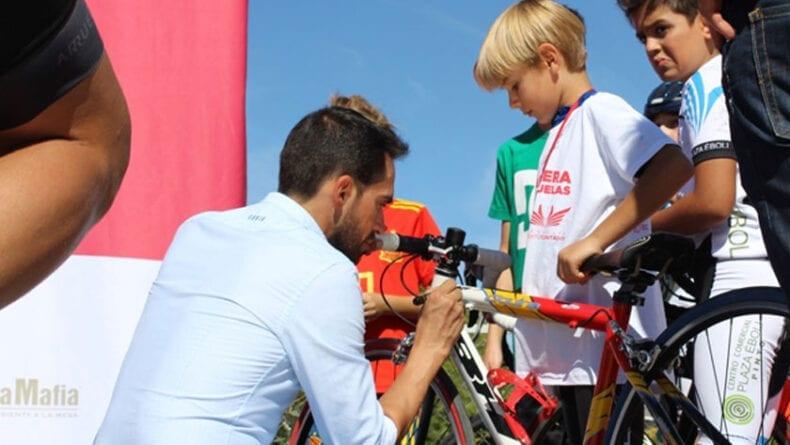 Alberto Contador firmó gorras, camisetas y bicicletas de los niños de las escuelas