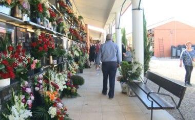 En Jumilla la tradición de visitar el Cementerio en el día de Todos los Santos no se pierde