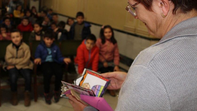 Los alumnos de tercer curso de primaria del CEIP Miguel Hernández sorprenden a la alcaldesa con unos dibujos