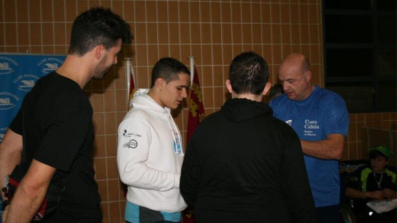 Juan Francisco Crespo junto a sus dos nadadores