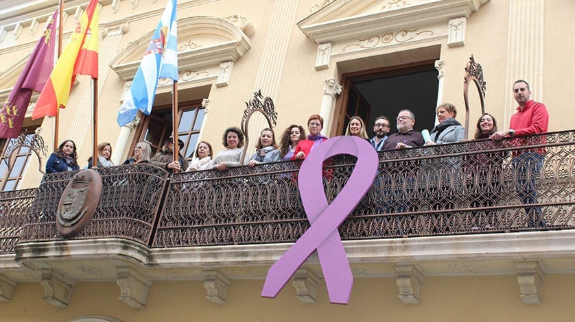 Jumilla coloca el lazo morado contra la violencia de género en el balcón del Ayuntamiento