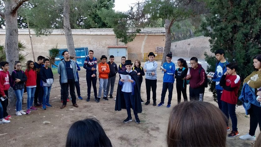 140 alumnos de 1º ESO del IES Arzobispo  Lozano visitaron el Cementerio Municipal