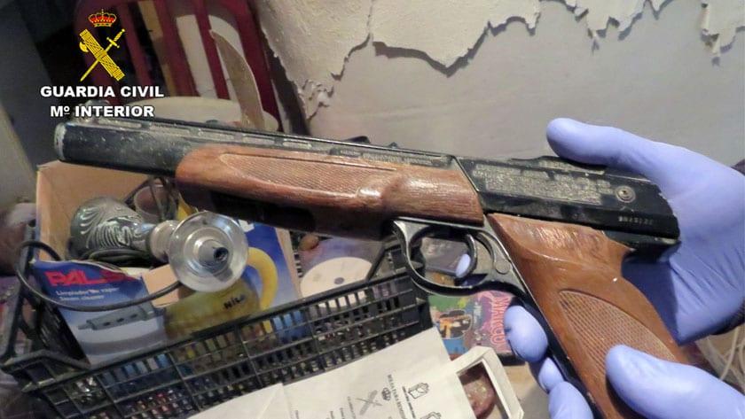 En los registros se encontraron varias armas y munición