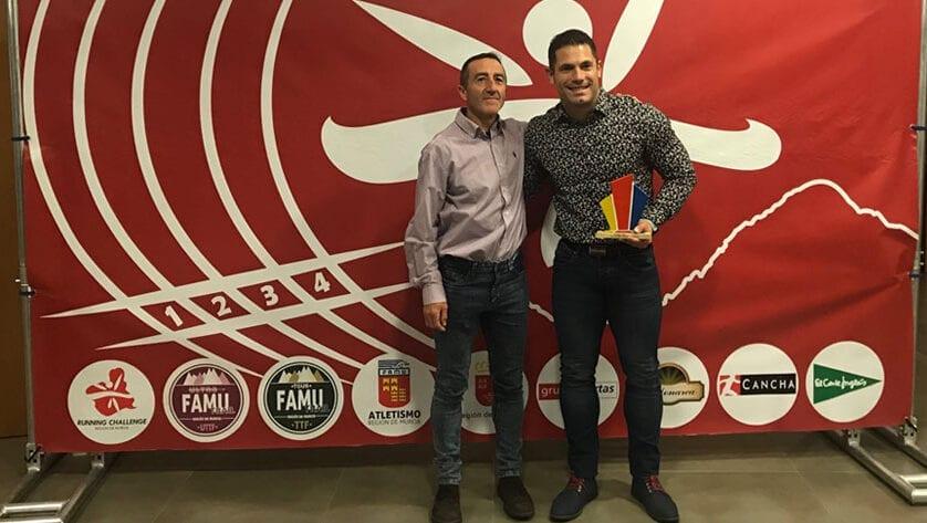Alex Barrón recibe un reconocimiento en la VIII Gala del Atletismo de la Región de Murcia