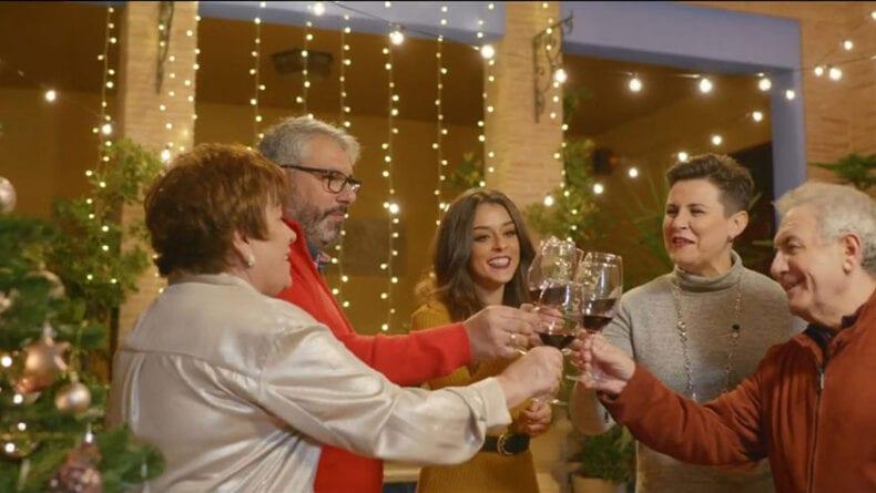 En el spot se reúnen tres generaciones de una misma familia en torno a un vino DOP Jumilla