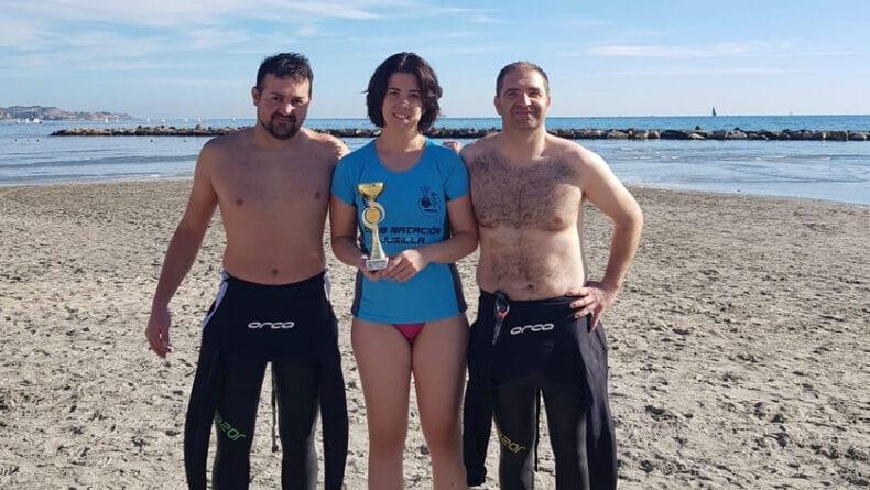 Los tres nadadores del Club Natacióno Jumilla en la playa del Postiguet
