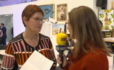 La alcaldesa explica como se promociona el proyecto enoturístico de Jumilla en la Feria Internacional de Turismo (Fitur)