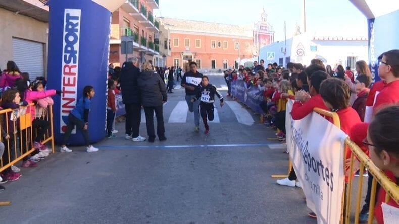 La zona de salida y meta estuvo repleta de escolares que animaban a los corredores