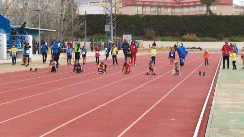 Una de las pruebas de velocidad en la pista de atletismo del Municipal de La Hoya