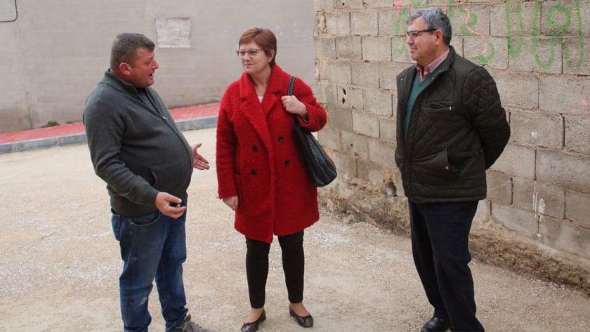 La alcaldesa Juana Guardiola y el Concejal Francisco González visitando las obras