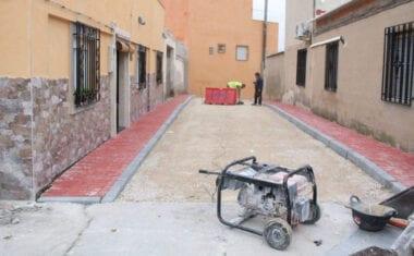 Recta final de las obras de renovación de infraestructuras de una calle del 4º Distrito
