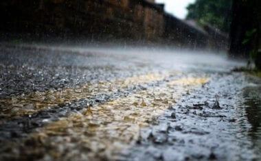 Aemet activa las alertas naranja y amarilla por lluvias intensas de hasta 100 l/m2, vientos y fenómenos costeros en la Región de Murcia