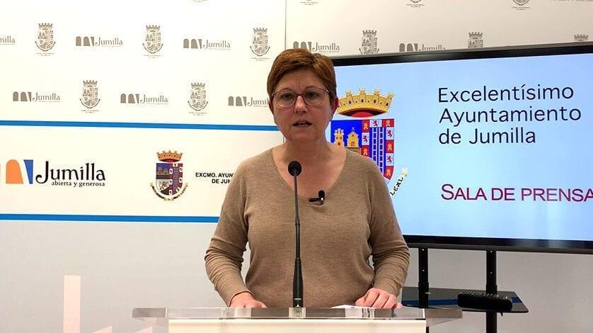 La alcaldesa se alegra de la noticia del cambio de señalización horizontal en la carretera de Cieza