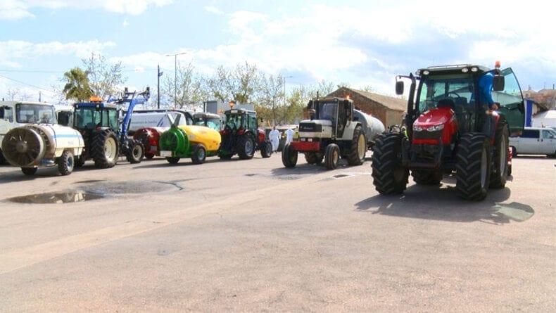 Tractores en cocheras de la Concejalía de Servicios para cargar el hipoclorito