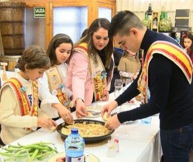 Los Vendimiadores Mayores e Infantiles del año pasado degustan la tradicional gachamiga