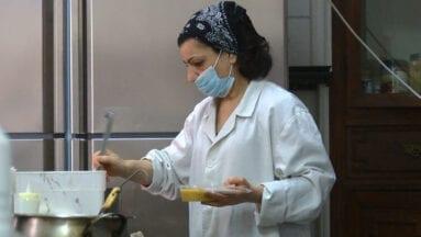 Irene López durante la preparación de los menús diarios