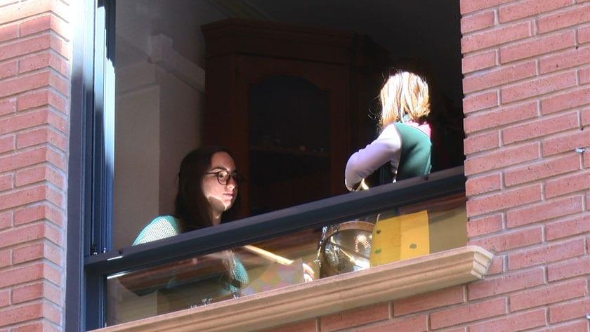 La Tamborrada del Príncipe Felipe suena desde los balcones