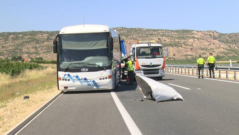 Accidente en la A-33 entre un autobús y un camión