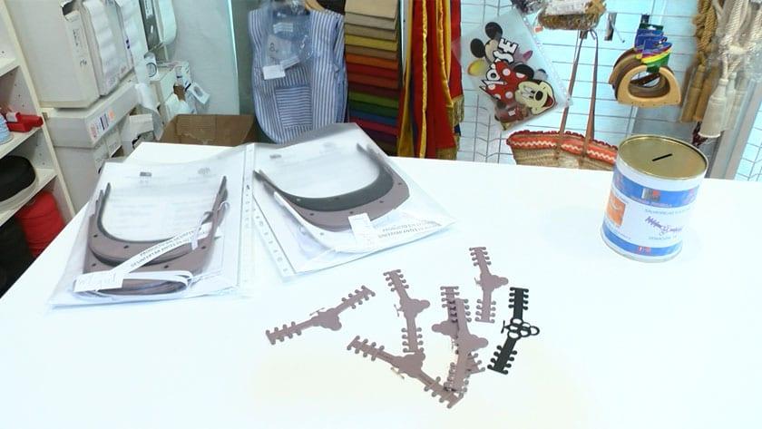La distribución de estos elementos de protección se hace en 4 comercios de la localidad y en Cáritas