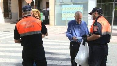 Voluntarios de Protección Civil repartiendo mascarillas