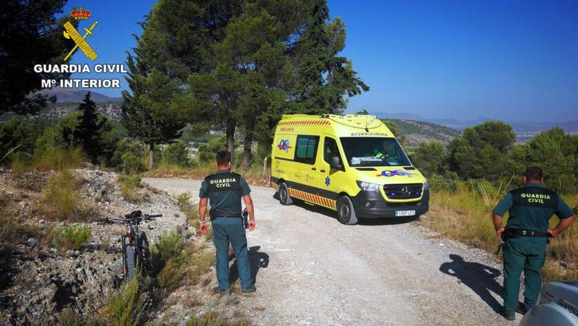 La Guardia Civil auxilia a un ciclista después de sufrir una grave caída en la Sierra del Carche