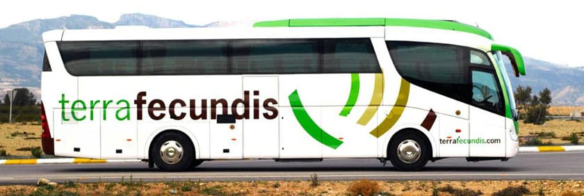 Autobús en el que se traslada a los temporeros