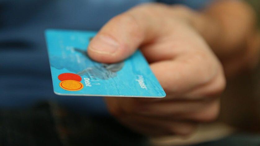 Dos detenidos, uno de ellos en Jumilla, tras comprar con la tarjeta de un anciano de A Coruña durante el confinamiento