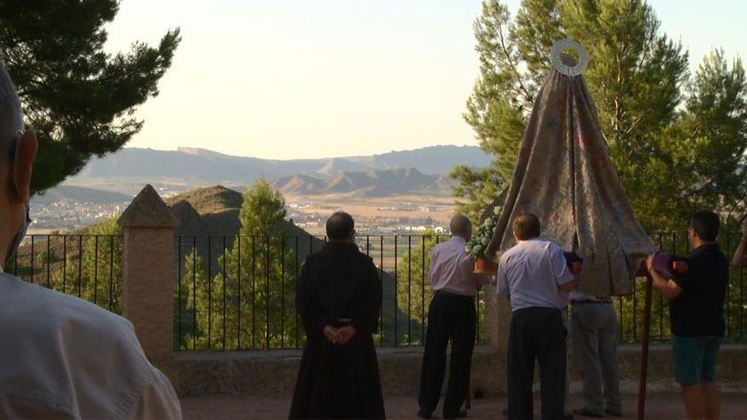 La Abuela Santa Ana mirando hacia Jumilla durante la rogativa