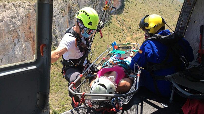 Bomberos rescatan por aire a una escaladora herida en Jumilla