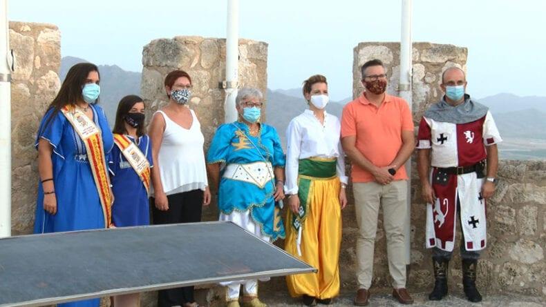 Miembros de la Asociación de Moros y Cristianos junto a la alcadesa y el concejal de Festejos