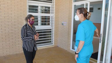 La concejal de educación visita las escuelas del CAI y El Carche