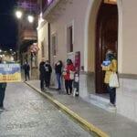 La plataforma Salvemos Nuestra Tierra, ¡No a las macrogranjas!, se manifiesta a las puertas del consistorio mientras en su interior se celebra una sesión plenaria