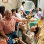 Más del 75 por ciento de los casos de coronavirus se originan en reuniones sociales y familiares